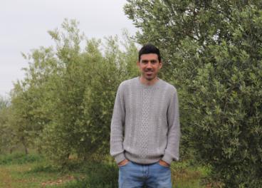 El investigador Manuel González en el olivar.