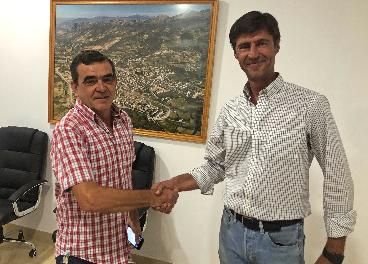 Isidro Gavilán junto a Andrés, Presidente de la Cooperativa