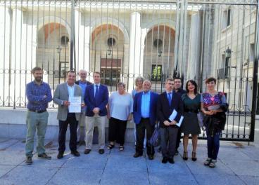 Los productores de hueso de aceituna y representantes de Avebiom, ante la sede del Ministerio de Agricultura, Pesca y Alimentación.