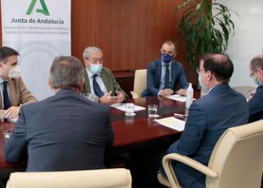 El consejero Rogelio Velasco, reunido con el presidente de la CEA, Javier González de Lara.