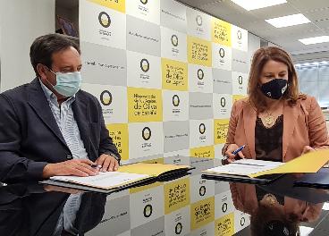 Pedro Barato y Carmen Crespo en la firma del acuerdo