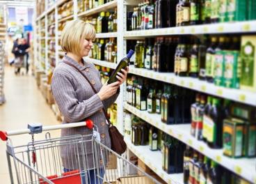 Consumidor frente a un lineal de aceites