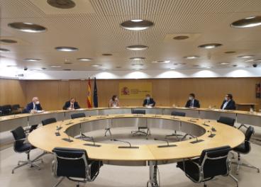 Reunión entre miembros de la plataforma y representantes del Gobierno.
