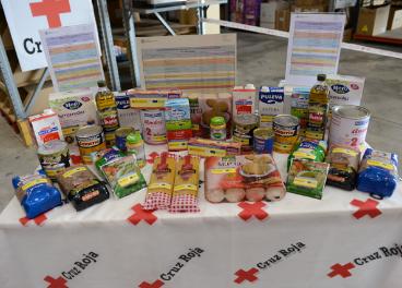 Alimentos que se incluyen en la cesta que se repartirá a los más necesitados.