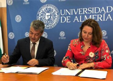 El rector de la UAL y la consejera en la firma del convenio.